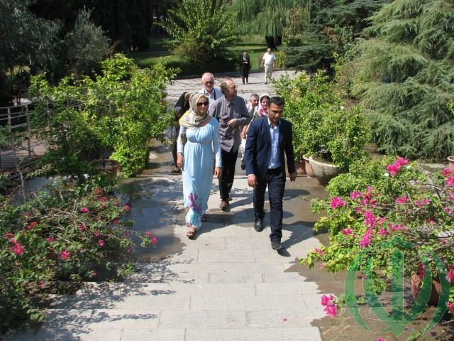Мы в саду Тегеранского музея ковров