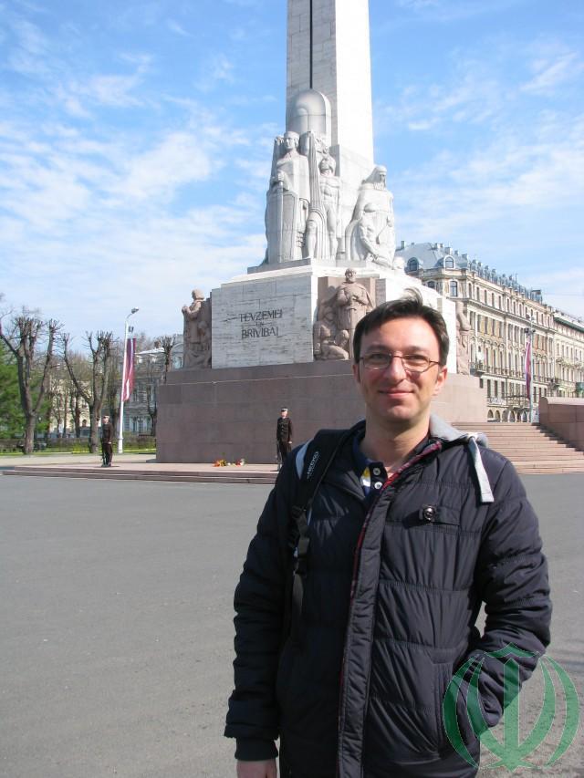 "Рига. Хесам Дегхани у монумента ""Отчизне и Свободе"""