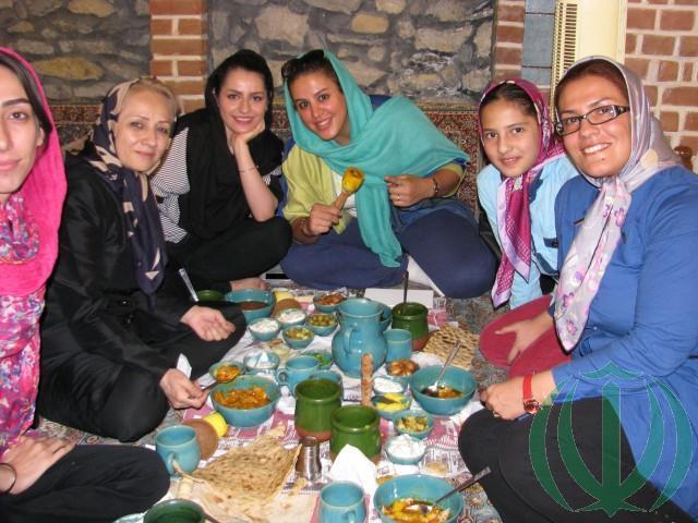 Иранки за обедом.